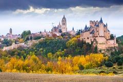 Opinión del otoño del Alcazar de Segovia Foto de archivo