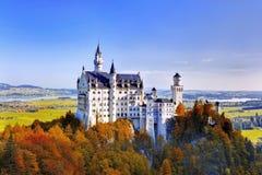 Opinión del otoño del castillo de Neuschwanstein Imagen de archivo