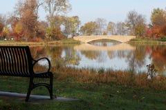 Opinión del otoño en un parque de la ciudad imágenes de archivo libres de regalías