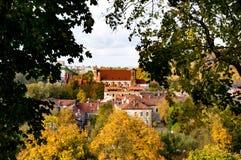 Opinión del otoño iglesia de Vilna del ` histórico s del centro y de St Anne Foto de archivo