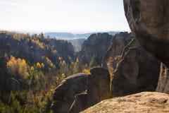 Opinión del otoño sobre torres de la piedra arenisca Fotos de archivo libres de regalías