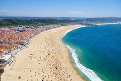 Opinión del pájaro \ 'del s-ojo sobre la playa riviera de Nazare en la costa de Océano Atlántico Nazare portugal imagen de archivo libre de regalías