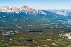 Opinión del pájaro de los lagos jasper desde arriba de la montaña de la marmota - Canadá fotos de archivo libres de regalías