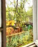 Opinión del país de la primavera a través de la ventana Foto de archivo