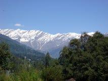 Opinión del paisaje con la montaña capsulada nieve Imagen de archivo