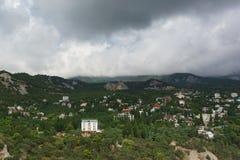 Opinión del paisaje de la diva de la roca en el pueblo Simeiz del centro turístico Sobre los tops de las montañas que cuelgan las fotos de archivo libres de regalías