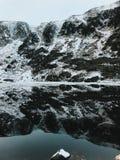 Opinión del paisaje de la especie nevada en Karpacz durante una nevada y una ventisca Vista del bosque de la nieve foto de archivo libre de regalías