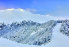 Opinión del paisaje de la montaña del invierno Imagen de archivo