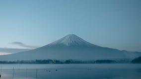 Opinión del paisaje de la noche de la belleza del lago de kawaguchi con el cielo y el fuj Foto de archivo libre de regalías