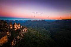 Opinión del paisaje de la puesta del sol de la montaña azul Fotos de archivo libres de regalías
