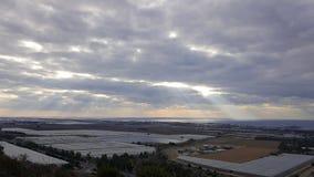 Opinión del paisaje de la tarde sobre la costa costa, el cielo, las nubes, el valle con la reserva de agua y naranjales del mar M Fotos de archivo libres de regalías