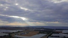 Opinión del paisaje de la tarde sobre la costa costa, el cielo, las nubes, el valle con la reserva de agua y naranjales del mar M Imagen de archivo