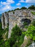 Opinión del paisaje de montañas verdes hermosas y del cielo azul fotografía de archivo libre de regalías