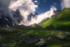 Opinión del paisaje de una escena hermosa de Misty Mountains fotos de archivo libres de regalías