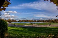 Opinión del paisaje del lago serpentino en Hyde Park imágenes de archivo libres de regalías