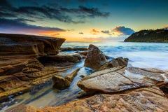 Opinión del paisaje marino en la salida del sol en playa de la ballena Fotos de archivo