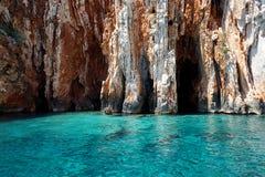 Opinión del paisaje marino a las aguas de la turquesa del mar adriático en la isla Hvar Croacia, cuevas azules Destino famoso del imágenes de archivo libres de regalías