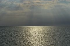 Opinión del paisaje del sol poniente sobre el mar imagenes de archivo