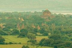Opinión del paisaje del templo antiguo y de la pagoda imagen de archivo