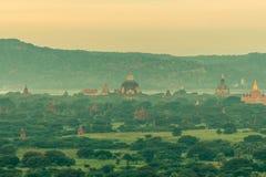 Opinión del paisaje del templo antiguo y de la pagoda fotos de archivo