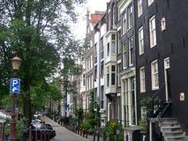 Opinión del paisaje urbano con el canal, las calles y las casas holandesas tradicionales en Amsterdam, Países Bajos imagen de archivo