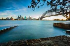 Opinión del paisaje urbano de la ciudad de Sydney en la puesta del sol Imagen de archivo libre de regalías