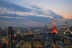 Opinión del paisaje urbano de la ciudad de Tokio durante oscuridad Fotografía de archivo