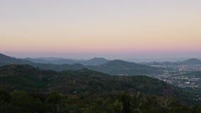 Opinión del paisaje urbano de la isla tropical Phuket en la hora de oro de la puesta del sol almacen de metraje de vídeo