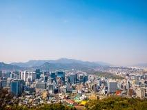 Opinión del paisaje urbano de Seul del panorama de la colina de Namsan Bacground del cielo azul del espacio en blanco imágenes de archivo libres de regalías