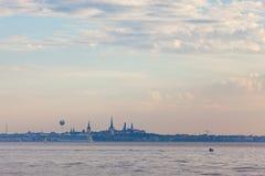 Opinión del paisaje urbano de Tallinn Imagenes de archivo