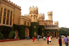 Opinión del palacio de Bangalore con la gente del viaje foto de archivo