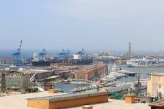 Opinión del panorama al puerto de Génova con el faro viejo Imagen de archivo