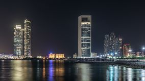 Opinión del panorama de Abu Dhabi Skyline y de la orilla del mar en el timelapse de la noche, United Arab Emirates almacen de video