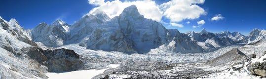 Opinión del panorama de Everest y del glaciar de Khumbu imagenes de archivo