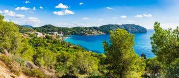 Opinión del panorama de la bahía en el campo de marcha, Majorca España foto de archivo libre de regalías