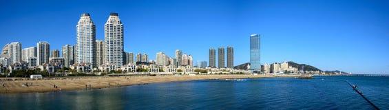 Opinión del panorama de la ciudad de Dalian, China y del mar Imagen de archivo libre de regalías