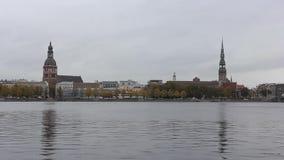 Opinión del panorama de la ciudad de Riga, capital de Letonia El terraplén del río del Daugava almacen de video