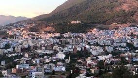 Opinión del panorama de la ciudad vieja azul famosa Chefchaouen, Marruecos de Medina almacen de video