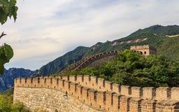 Opinión del panorama de la Gran Muralla de China, en el pueblo de Mutianyu, una de las piezas remotas de la Gran Muralla cerca de imagen de archivo