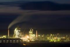 Opinión del panorama de la planta del cemento y del sation del poder en la noche en Ivano-Frankivsk, Ucrania Imagenes de archivo