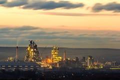 Opinión del panorama de la planta del cemento y del sation del poder en la noche en Ivano-Frankivsk, Ucrania Imagen de archivo