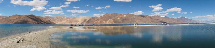 Opinión del panorama de la TSO de Pangong en Ladakh, la India Foto de archivo libre de regalías