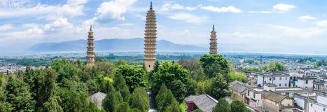 Opinión del panorama de las tres pagodas del templo de Chongsheng cerca de Dali Old Town, provincia de Yunnan Foto de archivo