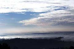 Opinión del panorama de Sacro Monte en Varese, al norte de Italia Una vista de Varese por una mañana con mucha niebla fotos de archivo