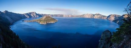 Opinión del panorama del lago crater en la caída Foto de archivo libre de regalías