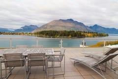 Opinión del panorama del lago y de las montañas de las hojas de otoño en Queenstown, Nueva Zelanda fotos de archivo