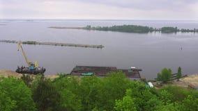 Opinión del panorama del río de Dnieper en el pueblo de Trypillia, Ucrania almacen de metraje de vídeo