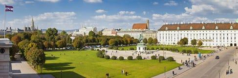 Opinión del panorama en el parque de Volksgarten y el Heldenplatz en Viena imagen de archivo libre de regalías