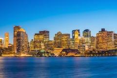 Opinión del panorama del horizonte de Boston con los rascacielos en el crepúsculo adentro fotos de archivo libres de regalías