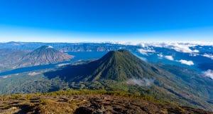 Opinión del panorama del lago Atitlan y del volcán San Pedro y Toliman imágenes de archivo libres de regalías